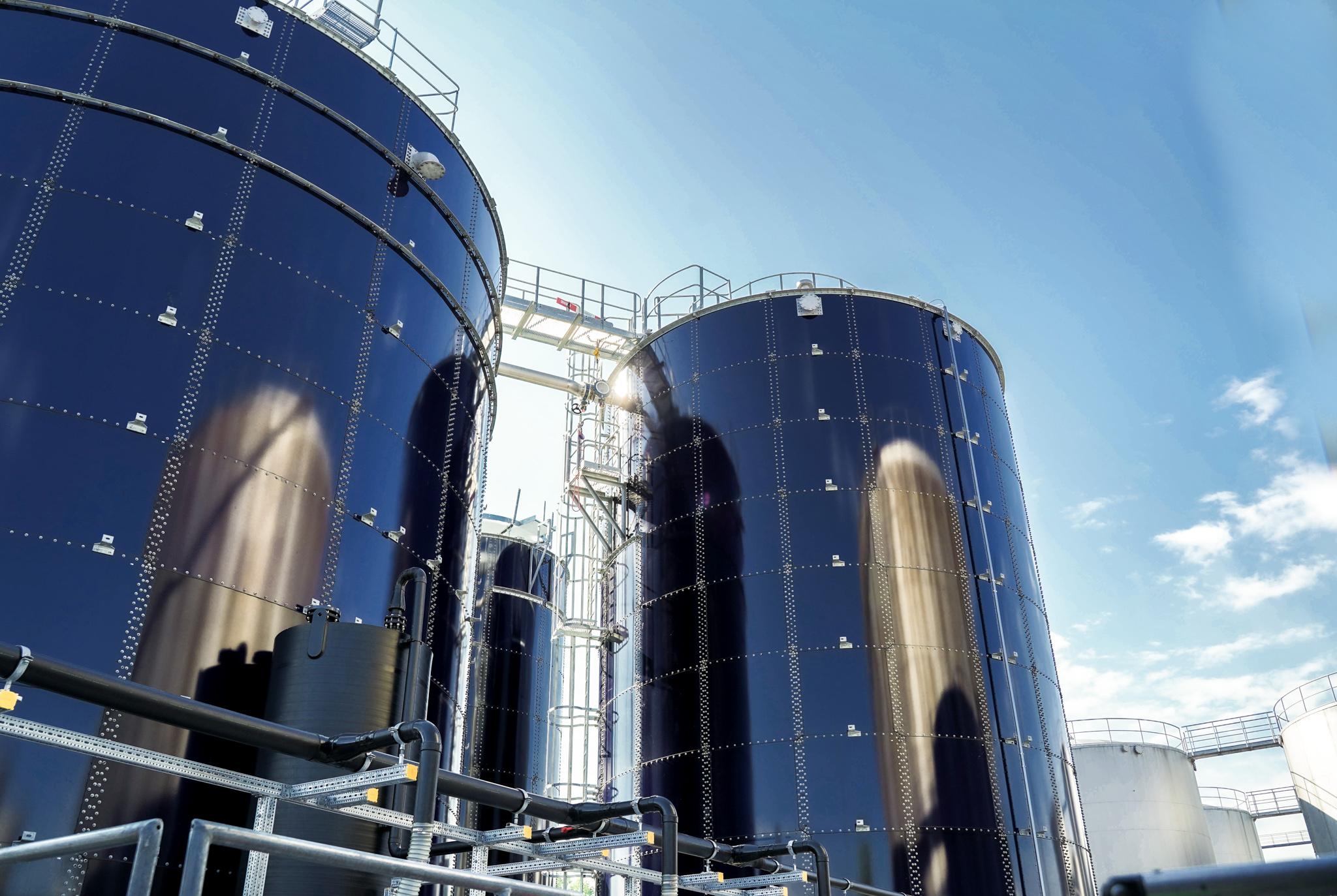 n dieser Anlage zur biologischen Abwassereinigung wird in den zwei in Reihe geschalteten Schwebebettreaktoren der TOC mit Hilfe von Mikroorganismen abgebaut, die auf einem speziellen Trägermaterial im Reaktor wachsen.