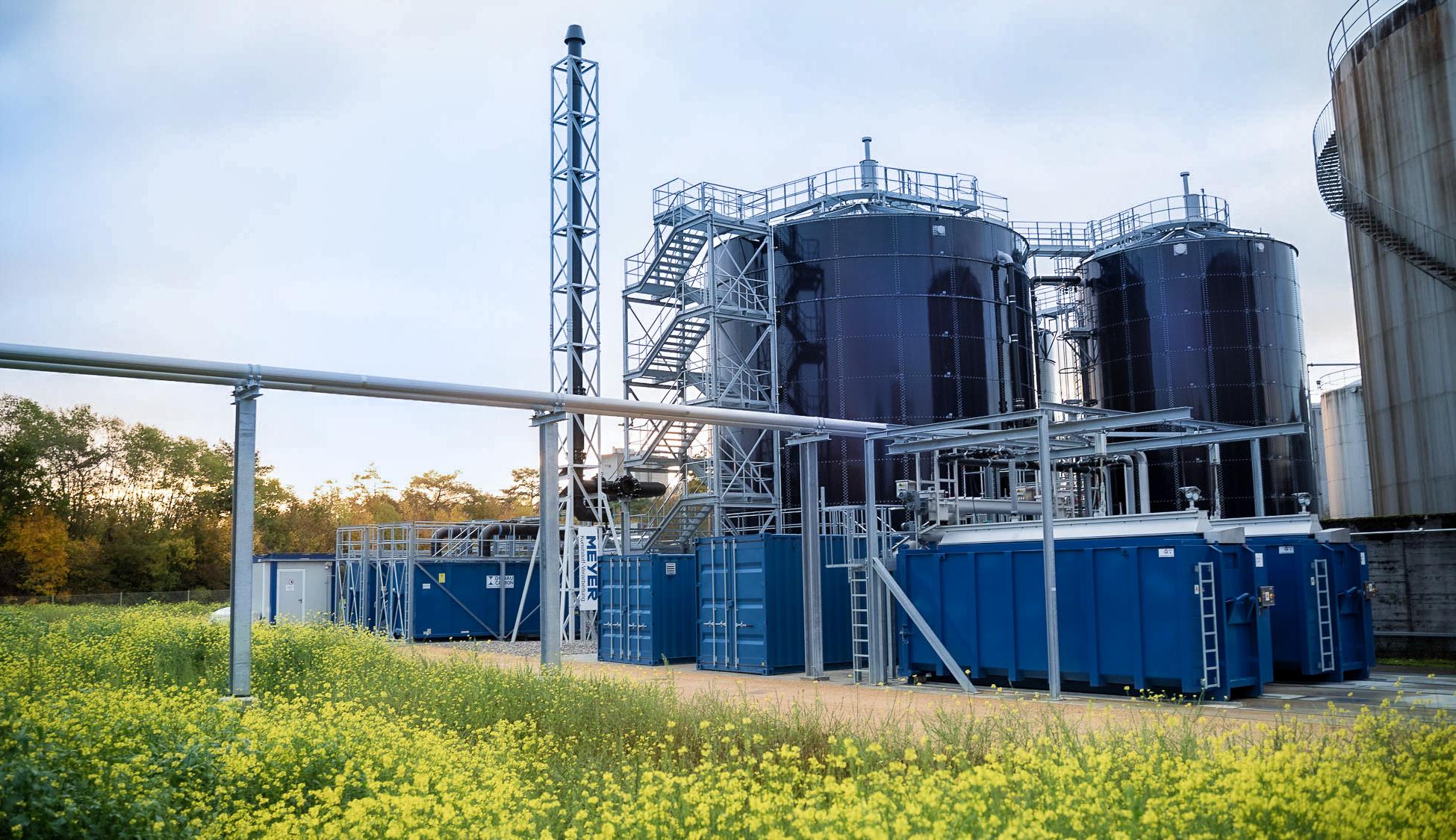 Komplettiert wurde die biologische Abwasserreinigung auf kundenspezifischen Wunsch schließlich durch Anlagen zur Entwässerung und Abfüllung des Schlammes, eine Anlage zur Abluftreinigung und einen großen Treppenturm.
